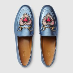Sandals Summer Mocassins Gucci Jordaan en cuir métallisé - There is nothing more comfortable and cool to wear on your feet during the heat season than some flat sandals. Metallic Loafers, Blue Loafers, Metallic Leather, Blue Shoes, Blue Flats, Gucci Loafers, Gucci Shoes, Leather Loafers, Gucci Gucci