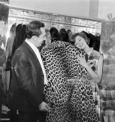 Coats A woman buying a fur. Vintage Fur, Vintage Vibes, Image Chat, Leopard Coat, Sixties Fashion, Still Image, Beautiful Cats, 1960s, Leopard Prints