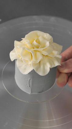 Cake Decorating Frosting, Cake Decorating Designs, Cake Decorating Techniques, Cake Decorating Tutorials, Cake Designs, Cookie Decorating, Mini Cakes, Cupcake Cakes, Flowers On Cake