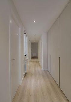 pasillos largos y estrechos White Interior Doors, Dream Rooms, Corridor, Garage Doors, Space, Outdoor Decor, Furniture, Decoration, Anime