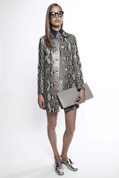Trendy coat - Gucci Resort 2015 [Photo by Thomas Iannaccone] Grey Fashion, Daily Fashion, High Fashion, Autumn Fashion, Backstage, Gucci Outfits, Gucci Dress, 2015 Fashion Trends, Stylish Coat
