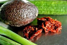 Komkommerrolletjes met avocado-creme Beetroot, Superfoods, Salmon Burgers, Ethnic Recipes, Christmas, Salad, Tomatoes, Super Foods