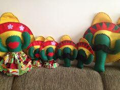 019dfa67541ca Lindo Cacto com chapéu mexicano e bigode ou versão feminina com boquinha e  saia. Confeccionado em feltro