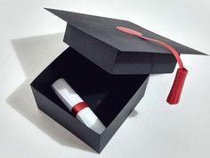 Caixa de Papel com convite de formatura Feita com papel 180gr e pingente de papel na cor do curso.