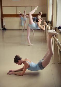 Ballet Barre, Ballet Class, Dance Class, Dance Studio, Dancers Body, Ballet Dancers, Dance Baile, Love Dance, Dance Stretches