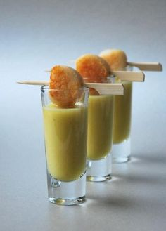 Amuse-Pear ginger shooter with seared scallop Finger Food Appetizers, Best Appetizers, Finger Foods, Mini Foods, Brunch, C'est Bon, Food Presentation, Food Plating, Love Food