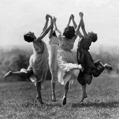 Best Modern Dancing Photography Freedom Ideas You are in the right place about Danc Dance Photography, Vintage Photography, White Photography, Wicca, Foto Fantasy, Louise Brooks, Witch Aesthetic, Modern Dance, Coven
