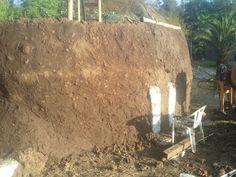 Comenzamos a revestir con la segunda capa los muros exteriores y probar la Totora como techumbre natural 005
