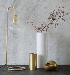 Billedresultat for glødepære lampe Brass Table Lamps, Brass Lamp, Desk Lamp, Shelf Furniture, Home Decor Furniture, Shop Interior Design, Interior Decorating, White Vases, Messing