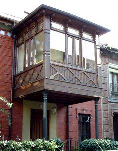 Su construcción, ENTRE 1890-1892, constó de una 1ª fase de viviendas unifamiliares neomudéjares en las calles Castelar, Roma y Cardenal Belluga, debidas a Julián Marín