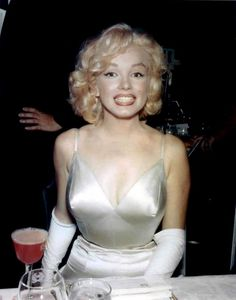 I love this photo of Marilyn Monroe.  It almost doesn't look like her.