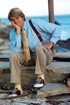 Surfer Buzzy Kerbox in saddle shoes chinos and an OCBD. Photo by Bruce Weber for Ralph Lauren With the original Preppy Handbook published the same year the foundations of the Ivy revival were firmly established. 80s Guys Fashion, 80s Men's Fashion Trends, 80s Disco Fashion, Black 80s Fashion, Preppy Mens Fashion, Sport Fashion, Covet Fashion, Fashion Bloggers, Men Fashion
