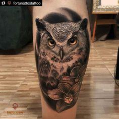 Tatuagem feita por Fortunattostattoo. Olhe esses detalhes! #tattoo #tatuagem #coruja #owl #realismo #pretoecinza #flores