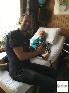 De 86 jarige Mevrouw Glorie Schrijven uit Egmond Binnen is dolblij met haar, binnen 1 week geleverde, elektrisch verstelbare hoog-laag bed met drukpunt verlagende cloud matras van Tempur! Slaap lekker Glorie :)