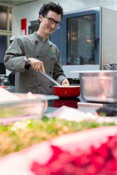 Raphael Lüthy bei den letzten Vorbereitungen in der Küche des Four Points. Fondue, Wicked, Fictional Characters, Vegans, Sustainability, Fantasy Characters