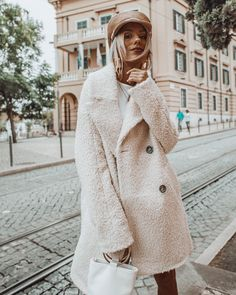 This post contains the best comfy winter outfits. These outfits are fabulous, stylish and will keep you warm. Casual Winter Outfits, Simple Outfits, Cool Outfits, Fashion Outfits, Style Fashion, Sweater Dress Boots, Brown Fur Coat, Summer Coats, Winter Coats