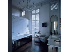 Apartment London by Veere Grenney, bathtub on one side - shower on the other