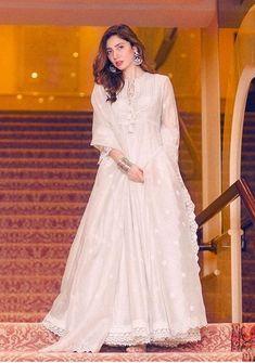18 Best Outfits Of Mahira Khan That Are Perfect For A Wedding - Showbiz and Fashion Asian Wedding Dress Pakistani, Pakistani Fashion Party Wear, Pakistani Dresses Casual, Pakistani Dress Design, Indian Bridal, Designer Party Wear Dresses, Indian Designer Outfits, Dress Indian Style, Indian Dresses