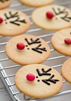 reindeer cookies- for kids xmas cookie decorating party Christmas Food Gifts, Christmas Sweets, Christmas Cooking, Noel Christmas, Christmas Goodies, Holiday Treats, Holiday Recipes, Reindeer Christmas, Christmas Crafts