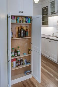 Amazing Pantry Ideas - Our Southern Home Are you dreaming of an amazing pantry? Here is a collection of ideas for every style and budget to get you inspired to organinze your home! Pantry Closet, Pantry Storage, Kitchen Pantry, Kitchen Storage, Pantry Cabinets, Kitchen Cabinetry, Kitchen Design Open, Pantry Design, Style Pantry