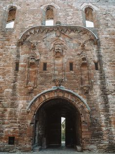 Looking for all the Linlithgow Palace Outlander locations and scenes in Scotland? Let me take you on a tour of Wenworth Prison Scotland Road Trip, Scotland Tours, Carlisle Castle, Outlander Locations, Wentworth Prison, Edinburgh City, Entrance Gates, Barcelona Cathedral, Palace