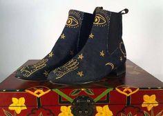 Embroidered Denim Chelsea Boots Corte mezclilla con detalles bordados en color dorado, forro negro de cerdo y plantilla de res grabada. Suela y tacón preacabado de cuero, troquelado y pintado a mano. Tacón americano de 3cm.