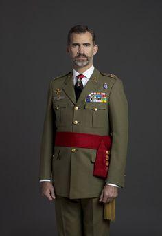 Felipe VI estrena retratos oficiales  En la imagen con el uniforme de capitán general del Ejército de Tierra, de color caqui y con un fajín rojo a la cintura, presenta los brazos extendidos hacia abajo y pegados al cuerpo. © Casa de S.M. el Rey / Gorka Lejarcegi