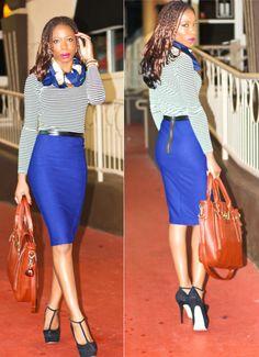 Синяя юбка-карандаш, тельняшка в мелкую полоску, темно-синий шейный платок