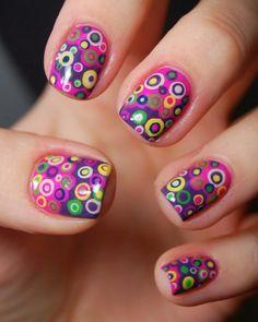 unas uñas con puntos