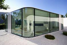 Umlaufende Glasfronten in Luxus Villa am See