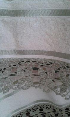 Flores en esta puntilla realizada al crochet por C. Pazos.