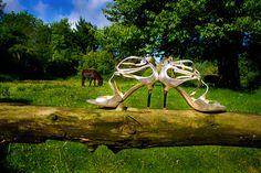 Brautschuhe von Jimmy Choo - funky glitzernde Sandalen einer Sommerbraut #Jimmychoo #brautschuhe