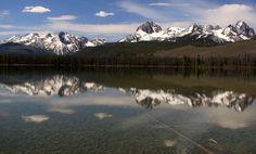 Sawtooths_reflected_on_Little_Redfish_Lake,_Idaho.jpg (3319×2004)