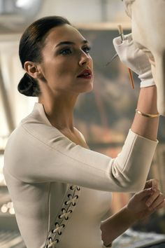Gal Gadot as Diana Prince / Wonder Woman in Justice League. Disfraz Wonder Woman, Green Lantern Justice League, Gal Gadot Style, Beautiful Celebrities, Beautiful Women, Dc Comics, Gal Gardot, Gal Gadot Wonder Woman, Personal Identity