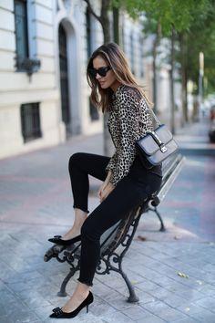 animal print looks - Lady Addict Moda Animal Print, Blusas Animal Print, Animal Print Blouse, Dressy Casual Outfits, Animal Print Fashion, Valentino Rockstud, Parisian Style, Black Blouse, Skinny Jeans
