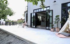 Bauhaus, Steel Doors And Windows, Backyard, Patio, Iron Doors, Exterior Design, Building A House, Garden Design, New Homes