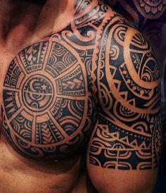 brust schulter maori tattoo idee männer