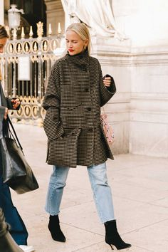 Street Style at Paris Fashion Week 19 by Collage Vintage Modern Outfits, Casual Outfits, Look Fashion, Fashion Outfits, Paris Fashion, Fashion Art, Fashion Tips, Best Street Style, Look 2018