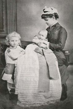 Princess Marie of Waldeck-Pyrmont with her children Ulrich and Pauline.
