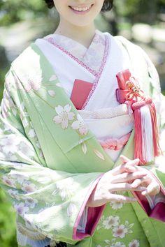 ilo-uchikake: robe style Japanese wedding kimono Traditional Kimono, Traditional Fashion, Traditional Outfits, Japanese Wedding Kimono, Japanese Kimono, Modern Kimono, Kimono Japan, Kimono Design, 60s And 70s Fashion