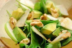 Los 7 Alimentos más alcalinos: espinacas, col rizada, pepino, brócoli, aguacate, apio y pimientos.