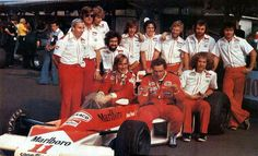 James Hunt & Jochen Mass with the rest of the @McLarenF1 team, 1976 #JapaneseGP, Fuji Speedway. #F1
