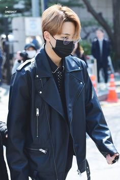 Jeonghan on the road to Music Bank to cheer BSS Woozi, Wonwoo, Jeonghan Seventeen, Boy Idols, Kpop, Seungkwan, Beautiful Person, Pop Group, Hip Hop