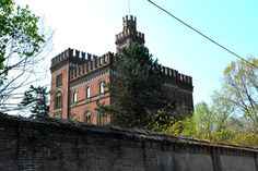 Red Castle - Villa padronale, like a medieval castle, at Crespi d'Adda village… City Architecture, Medieval Castle, Villa, Mansions, House Styles, Building, Castles, Italy, Manor Houses