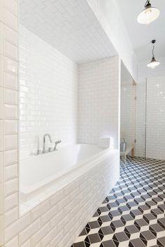 patterned tile floor / 清一色的白色磁磚+幾何黑白地磚。