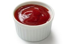 Homemade Healthy Ketchup- If you've read the label on commercially made ketchup you know the recipe is filled with refined sugar and other frightening ingredients. You don't need to worry about that with this clean-eating tangy ketchup! #cleaneating #ketchup #recipe