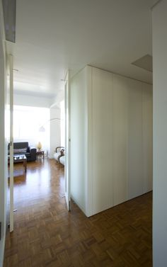 Pivoting door 1 - Apartment Refurbishment in Lisbon - HENRIQUE BARROS-GOMES
