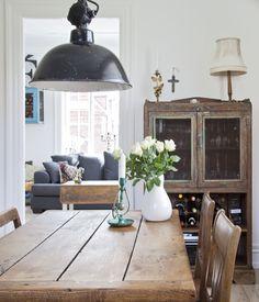 Fund fra loppemarkeder, ting med historie og den varme glød fra træ er de basale elementer i Therese Damsgaard og Martin Hestbæks hjem.