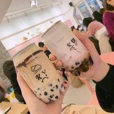 Korean Drinks, Korean Food, Fun Drinks, Yummy Drinks, Yummy Food, Boba Drink, Bubble Milk Tea, Cafe Food, Aesthetic Food