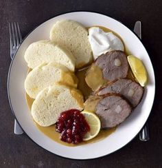 Dokonalá svíčková omáčka s moravským knedlíkem , Foto: Marek Kučera Beef Recipes, Cooking Recipes, Healthy Recipes, Eastern European Recipes, Modern Food, Czech Recipes, What To Cook, International Recipes, Kitchens